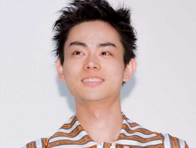 菅田将暉のスーツ&ヒョウ柄シャツにファン「国宝級イケメン」(クランクイン!) - Yahoo!ニュース