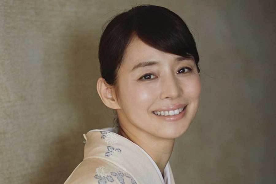 石田ゆり子、大型犬「グレート・デーン」と寝転び至福の表情「ゆりごろう、うっとり」(ENCOUNT) - Yahoo!ニュース