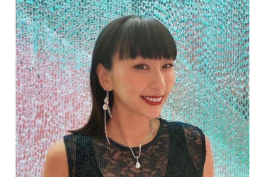 浅田舞、黒タンク&サングラスのワイルドコーデに反響「スタイル良すぎ」「かっこええ」   ENCOUNT
