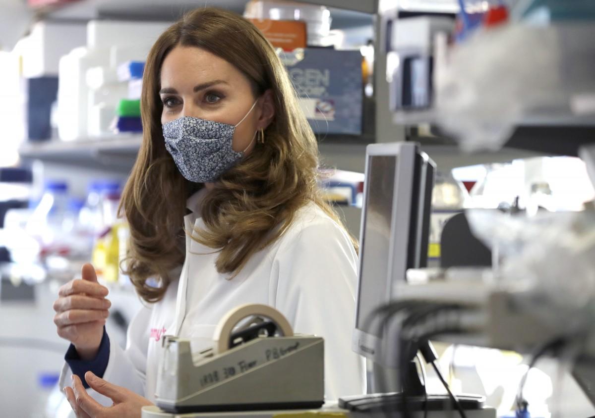 英キャサリン妃、花柄マスク&白衣姿で研究施設を訪問 顕微鏡をのぞく姿も /2020年10月18日 - セレブ&ゴシップ - ニュース - クランクイン!
