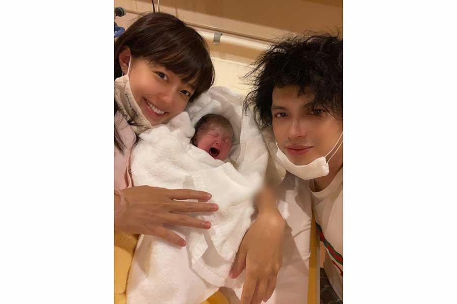 女児出産の川崎希、キュートな退院着姿を公開 おくるみはエルメス   ENCOUNT