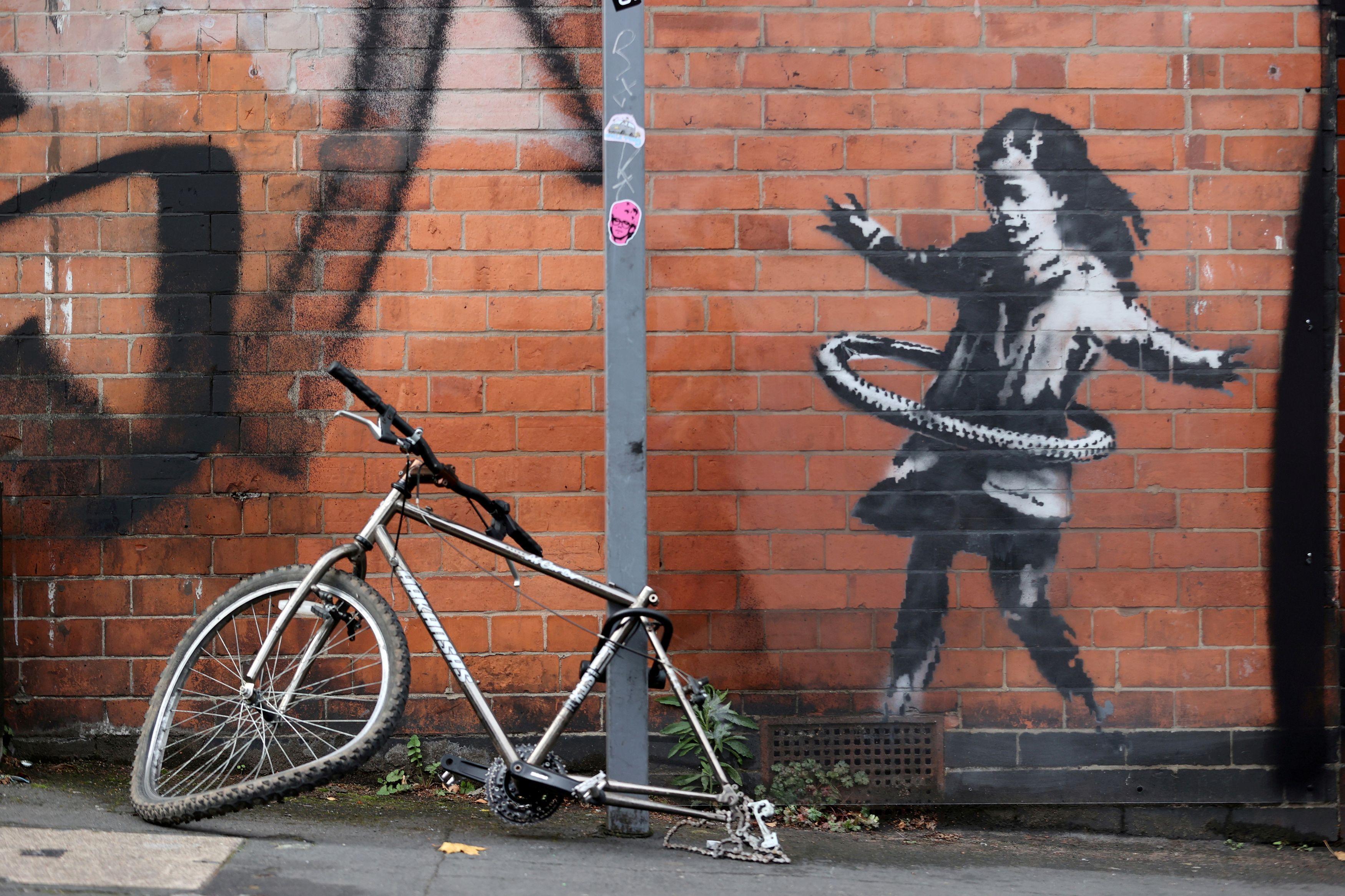 バンクシー、自転車で新作 少女が車輪をフラフープに