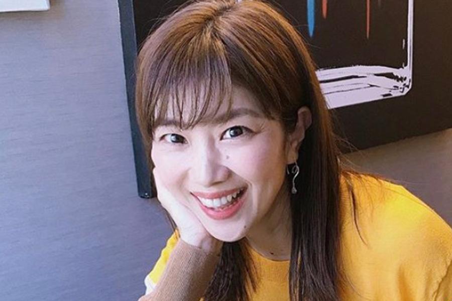 潮田玲子、頬づえ&流し目で放つ美しさ ファンは