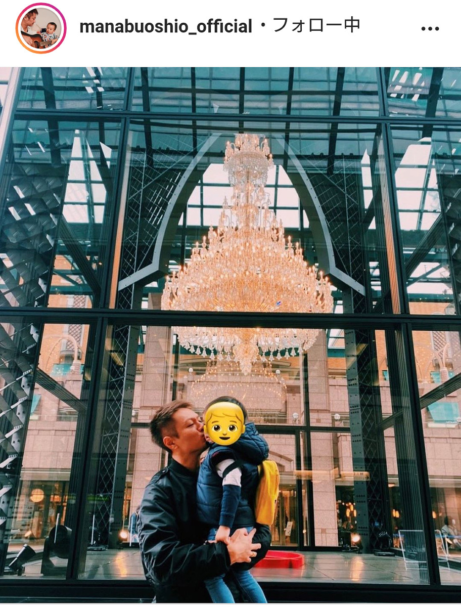 押尾学氏、息子を抱き上げキスする親子ショット公開「#fatherandson」 : スポーツ報知