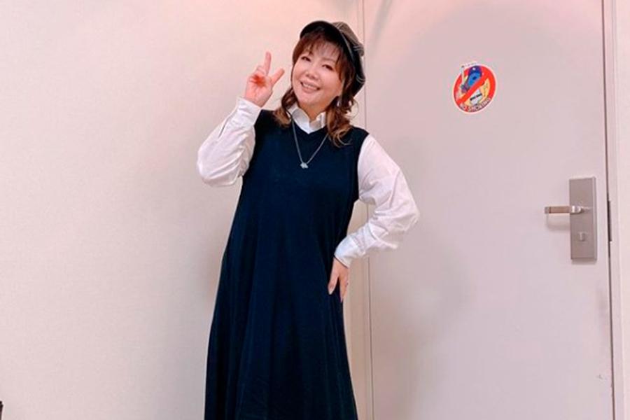 小川菜摘、シャネルのセーターが似合うコーデ公開 小物やネイルも青で統一 | ENCOUNT
