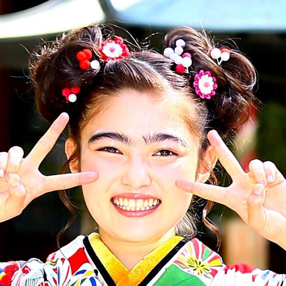 太眉卒業の井上咲楽、老けメイクでも隠せない美しさに絶賛「まつ毛長すぎ」「目がクリクリ」(スポーツ報知) - Yahoo!ニュース