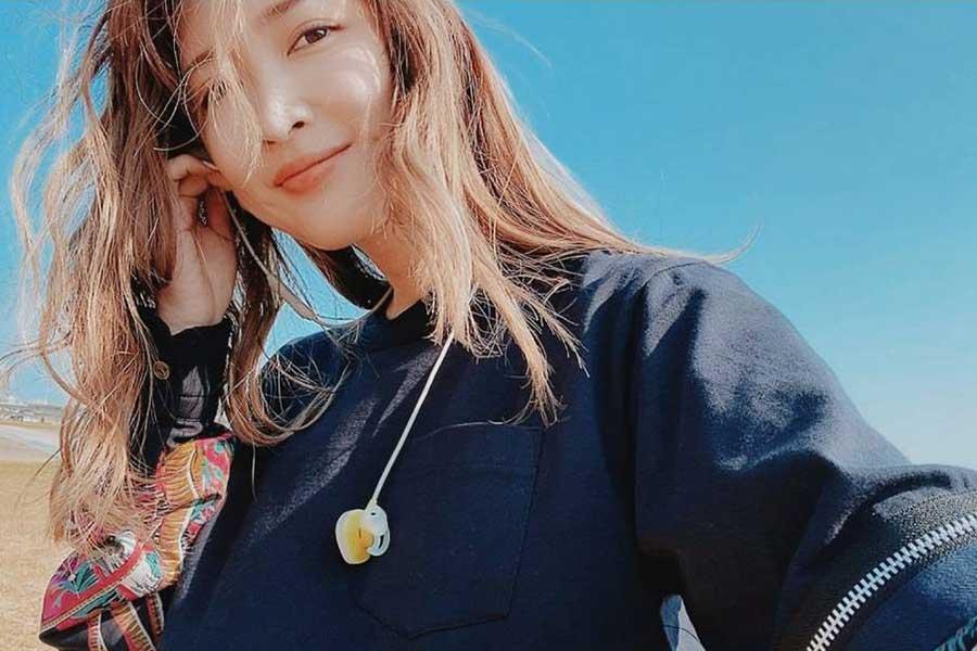 紗栄子、エルメスのストールにGUのパンツ…絶妙な