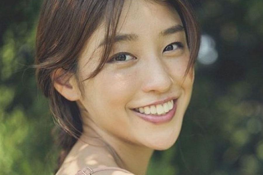 岡副麻希、「うぶ毛が気になる」ピンク口紅ショットに「可愛いすぎ」「別人みたい」の声 | ENCOUNT