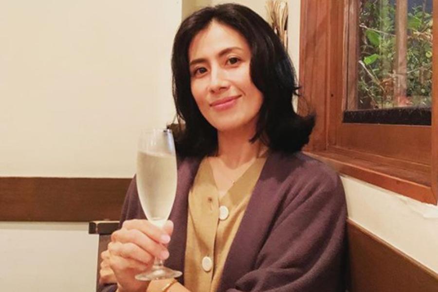 長谷川理恵、高級ブランド&ユニクロのコーデが「かわいい」 自宅庭で笑顔の魅力全開 | ENCOUNT